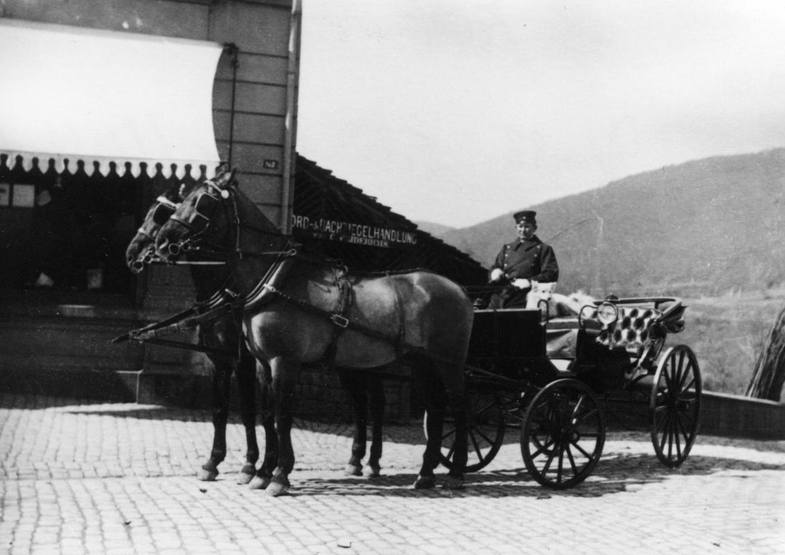 1900-Droschke-an-Gummiecke.jpg