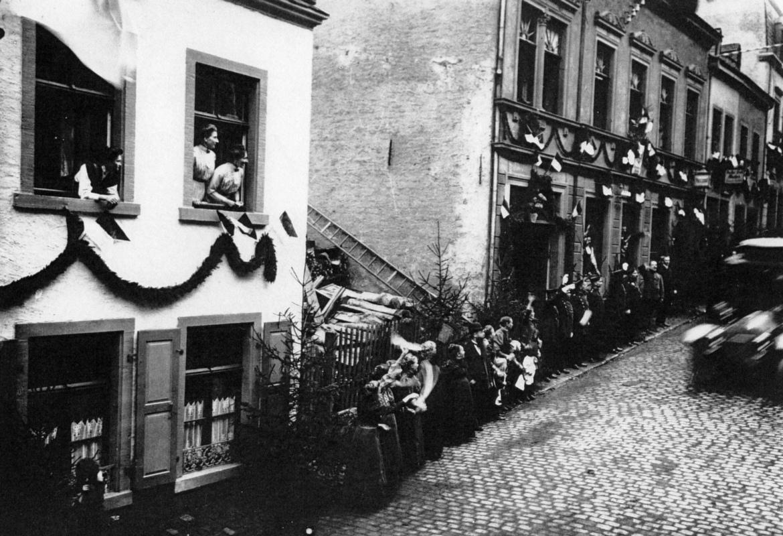 1911-Kaiser-Abfahrt-Bahnhofstrasse.jpg