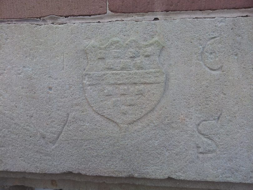Fenstersturz Hugo Cratz von Scharfenstein. Eingbaut in der alten Schule Kyllburg, Ostseite.